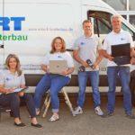 Erkert Fensterbau Team vor Firmenfahrzeugen